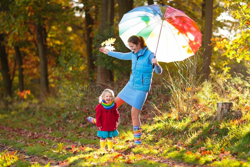 M?e e crian?as no parque do outono Família na chuva fotos de stock royalty free