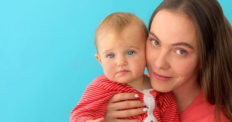 M?e de inquieta??o que joga com o beb? pequeno feliz fotos de stock