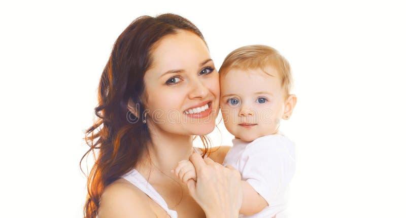 M?e de sorriso feliz do close-up do retrato que mant?m seu beb? isolado no branco imagens de stock