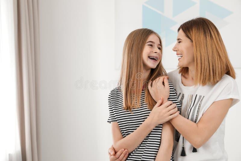 M?e feliz que abra?a sua filha do adolescente fotos de stock