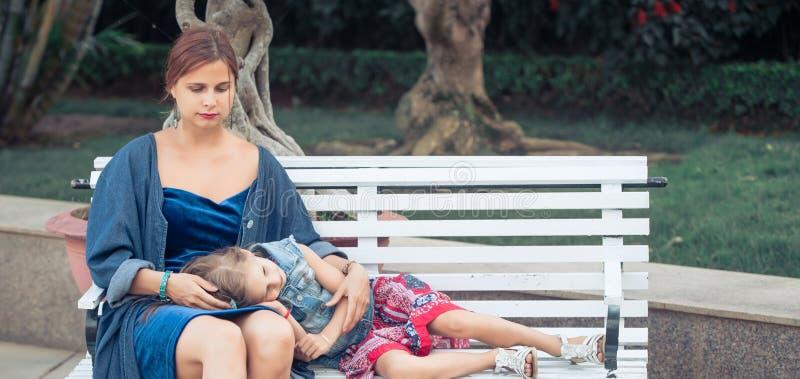 M?e e filha em um parque fotografia de stock