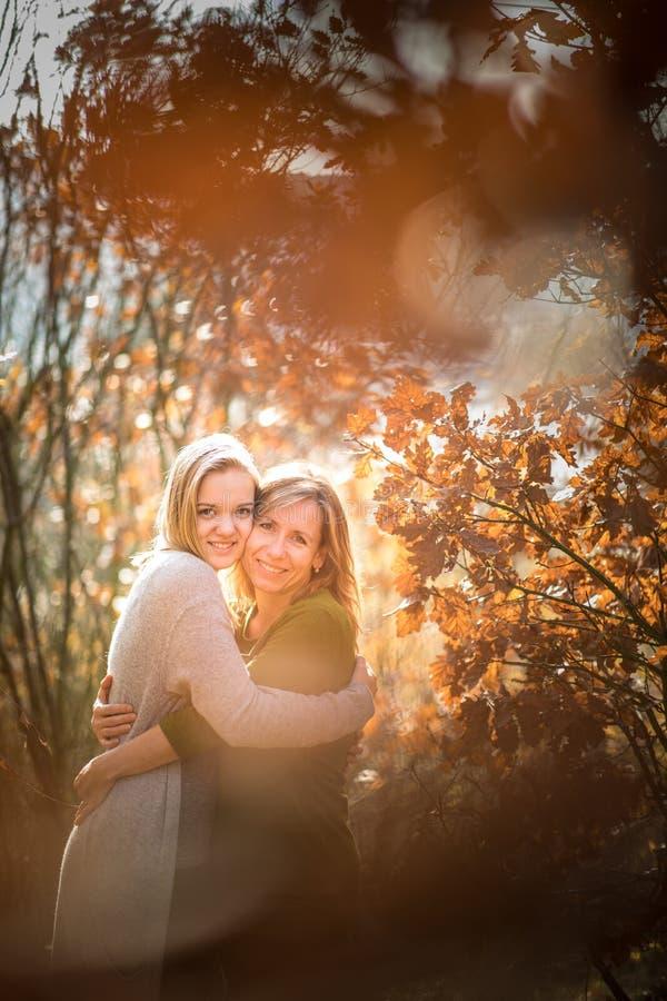 M?e e filha na floresta do outono imagens de stock