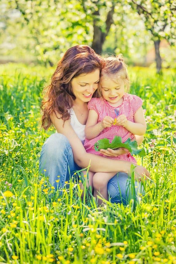 M?e e filha no parque ensolarado fotografia de stock