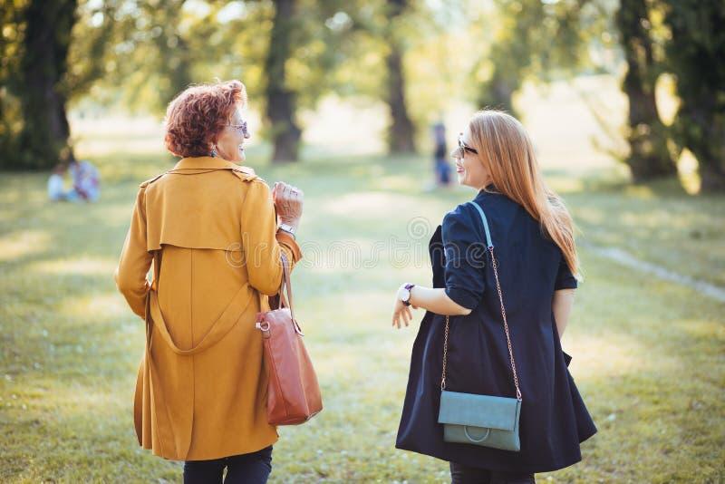 M?e madura e filha adulta que apreciam um dia no parque imagens de stock royalty free