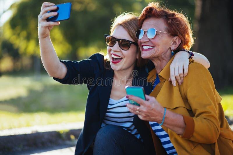 M?e madura e filha adulta que tomam o selfie imagem de stock