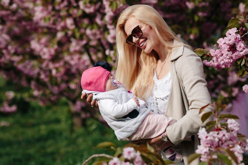 A m?e nova bonita anda com uma filha pequena fotos de stock royalty free