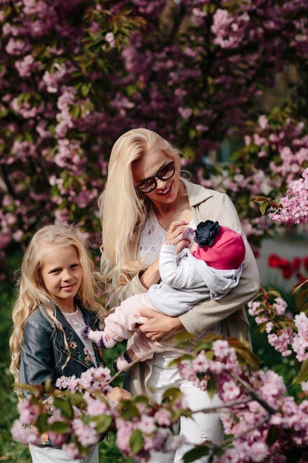 A m?e nova bonita anda com uma filha pequena fotografia de stock royalty free