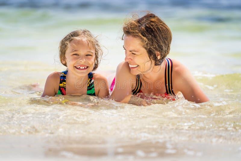 M?e nova e filha pequena que apreciam a praia na Rep?blica Dominicana fotos de stock royalty free