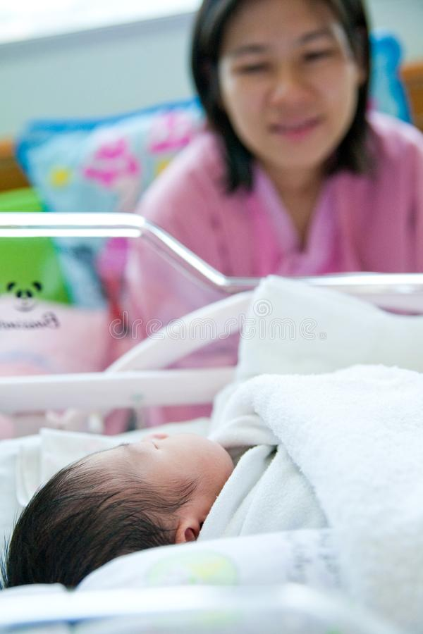 M?e olhada o beb? fotografia de stock royalty free