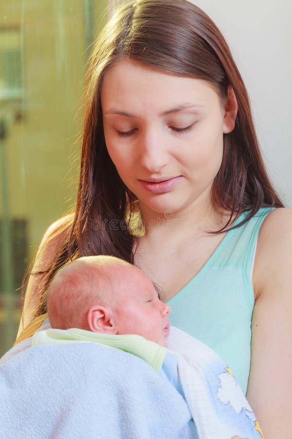 M?e que guarda seu beb? rec?m-nascido pequeno imagens de stock