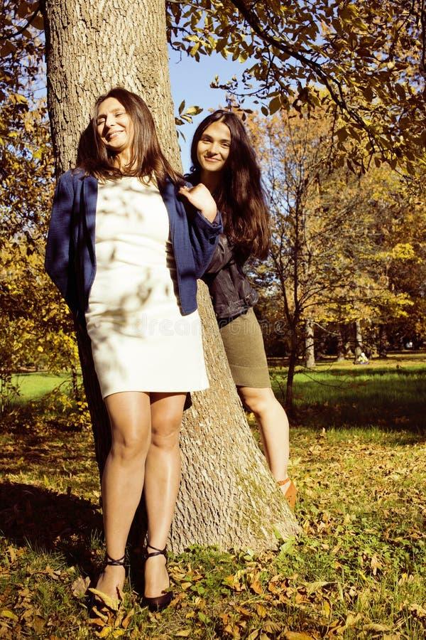 M?e real madura com a filha fora da queda do outono no parque fotografia de stock