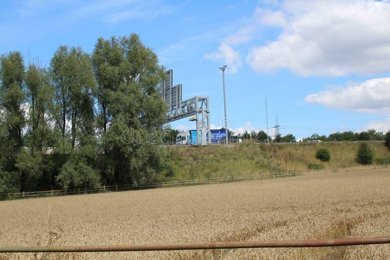 M1 en motorway med träd och jordbruksmark arkivfoton