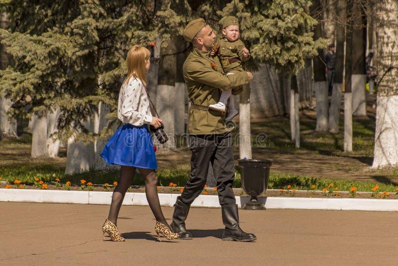 ` M för farsamamma I en militär familj royaltyfria foton