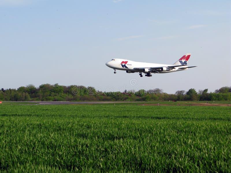 M-Fluglinienlandung stockfotos