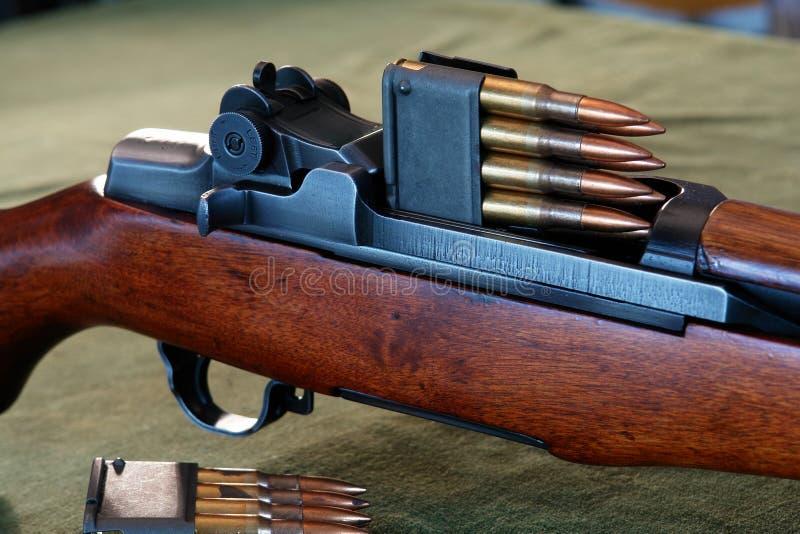 M1 Garand met Munitie en Klem stock afbeelding