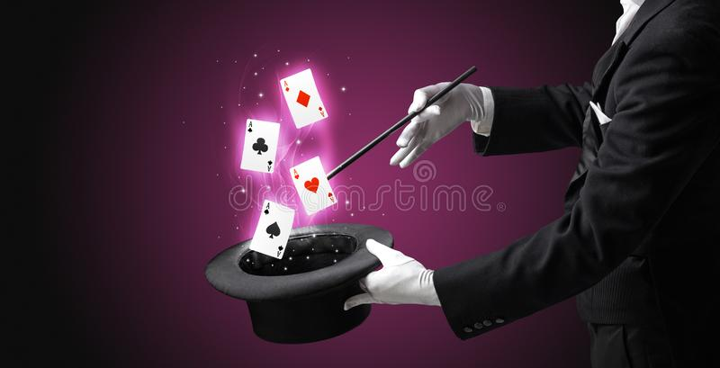 M?gico que faz o truque com os cart?es da varinha e de jogo imagens de stock royalty free