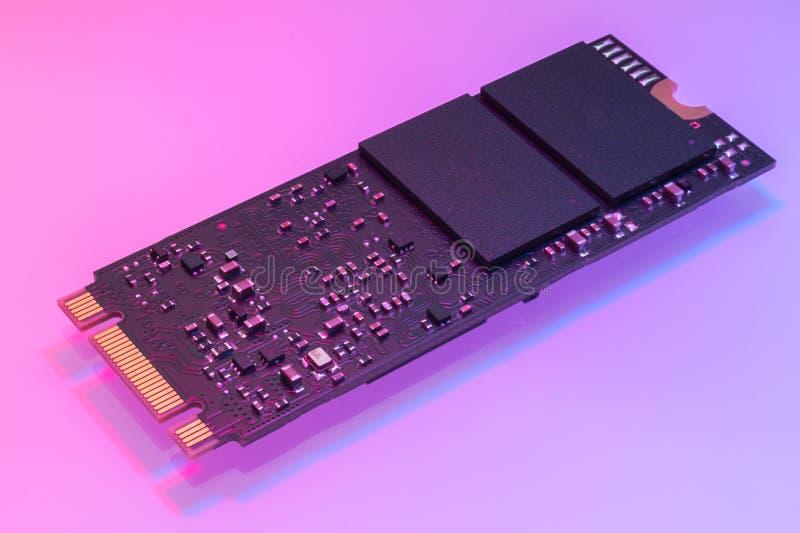 M2 Hochgeschwindigkeits-SSD-Nahaufnahme auf weißem Hintergrund lizenzfreie stockfotografie