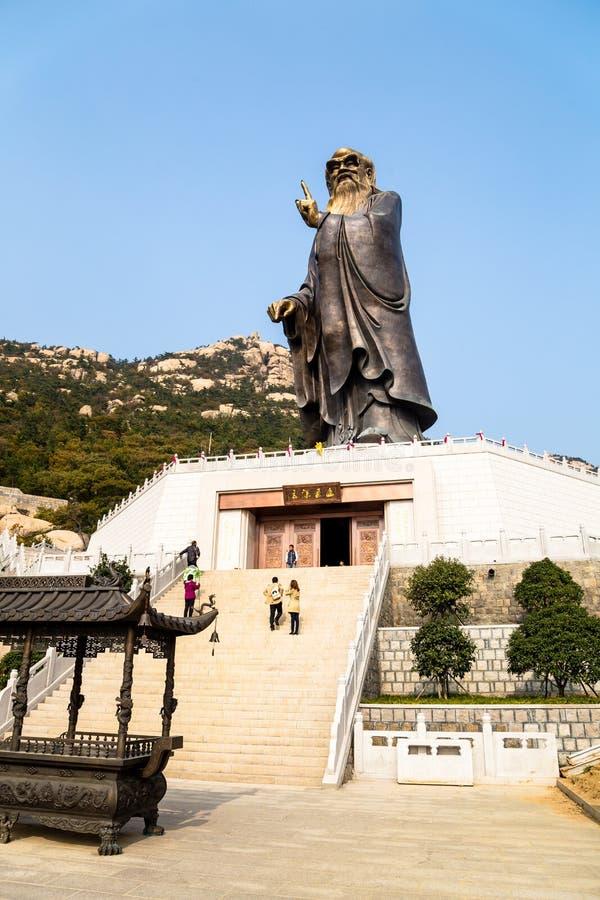 36m hohe Lao Tze Statue in Tai Qing Gong Temple in Laoshan-Berg, Qingdao, China stockbild