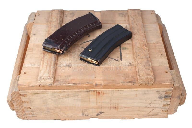 m16 i Ak47 magazins na drewnianym pudełku obraz royalty free