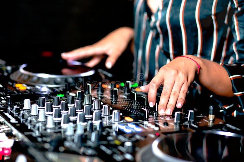 M?lange de contr?le audio du DJ de partie femelle de tir de jeune fille Mains de m?lange saines de haute qualit? de jockey de dis image stock