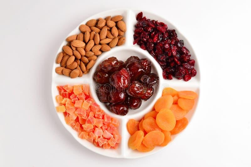 M?lange des fruits et des noix secs L'abricot, raisin sec, canneberge, date le fruit D'isolement sur un fond blanc L'espace pour  photo libre de droits