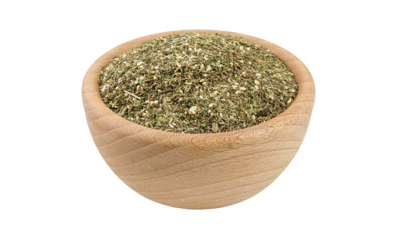 M?lange savoureux vert ou Chubritsa dans la cuvette en bois d'isolement sur le fond blanc vue de 45 degrés ?pices et ingr?dients  photo libre de droits