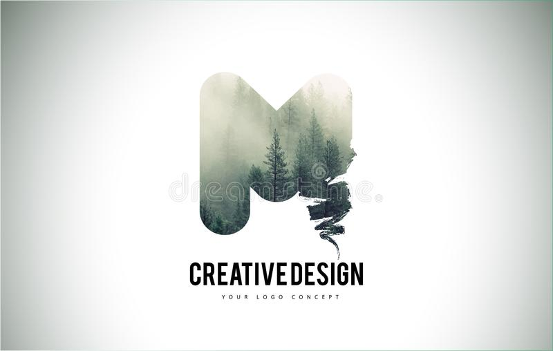 M Letter Brush con Forest Fog Texture Forest Trees Letter Logo ilustración del vector