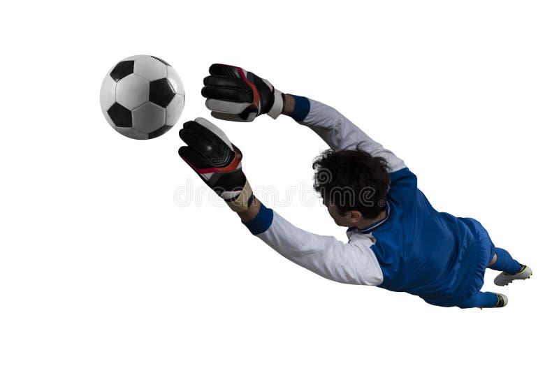 M?lvakten f?ngar bollen i stadion under en fotbolllek bakgrund isolerad white arkivbild