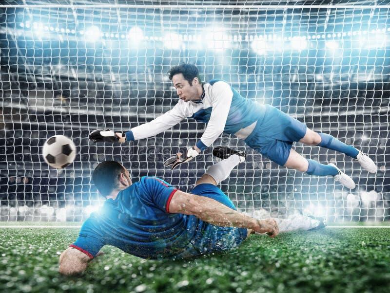 M?lvakten f?ngar bollen i stadion under en fotbolllek arkivfoto