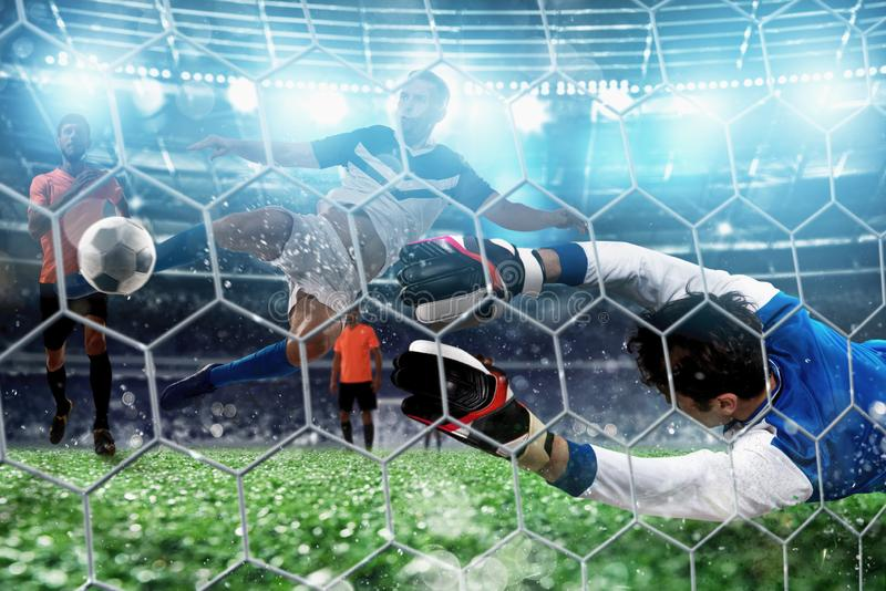 M?lvakten f?ngar bollen i stadion under en fotbolllek royaltyfri foto