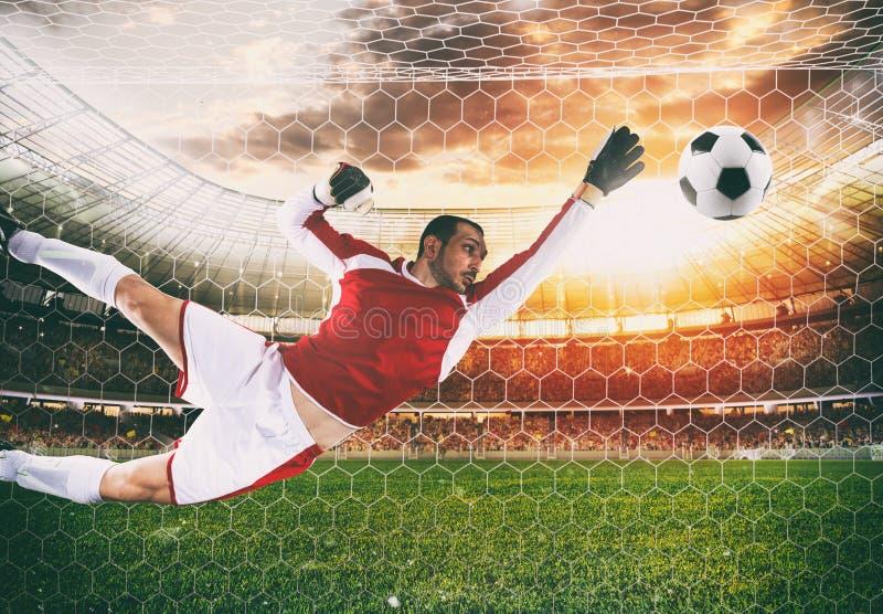 M?lvakten f?ngar bollen i stadion under en fotbolllek arkivbilder