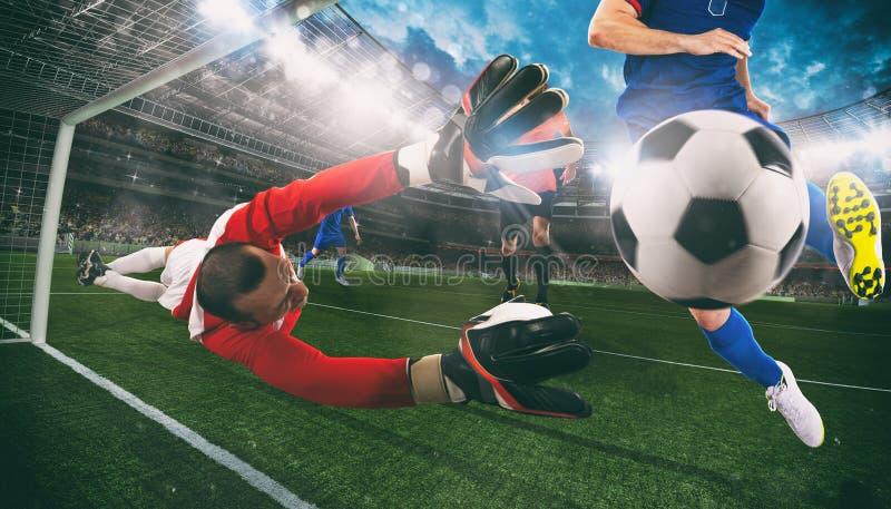 M?lvakten f?ngar bollen i stadion under en fotbolllek royaltyfria bilder