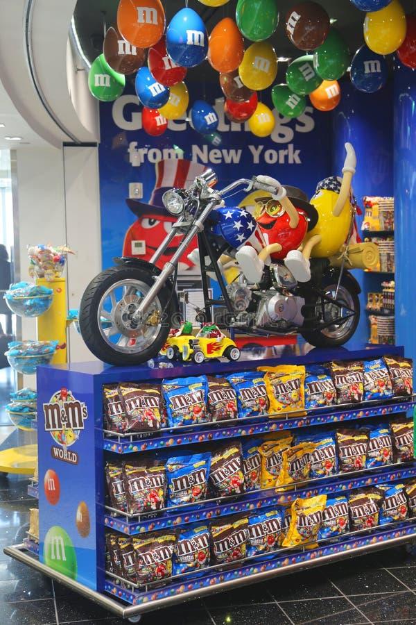 M&M cukierku maskotki szczeniaki jedzie obyczajowego motocykl przy M&M sklepem zdjęcia royalty free