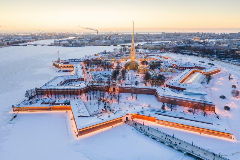 M?me la vue a?rienne d'hiver, le Peter et le Paul Fortress, rivi?re de Neva, St Petersbourg, Russie photographie stock libre de droits