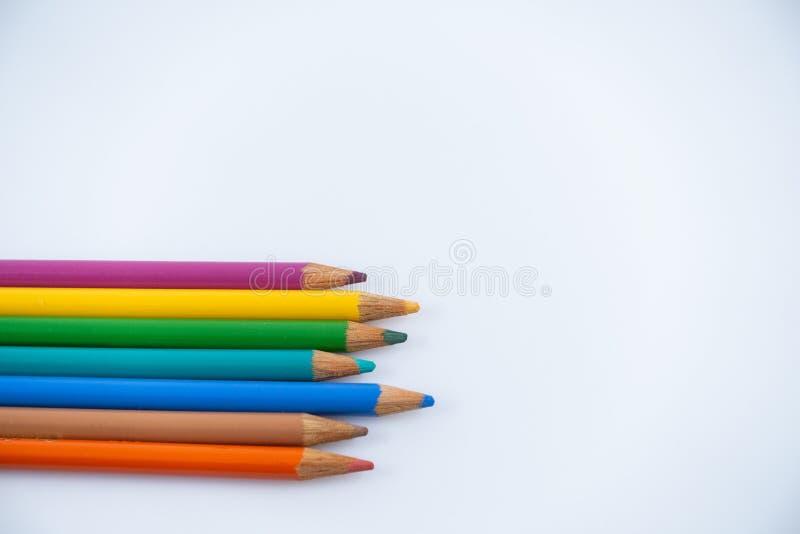 M?ng--f?rgade blyertspennor mot en vit bakgrund Kontorstillf?rsel - bild arkivfoton