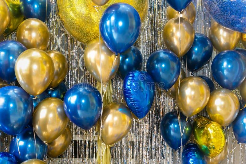 M?ng- kul?ra ballonger och ber?mbakgrund f?r inbjudan, festival, f?delsedagbegrepp royaltyfria bilder