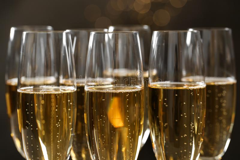 M?nga exponeringsglas av champagne arkivbilder