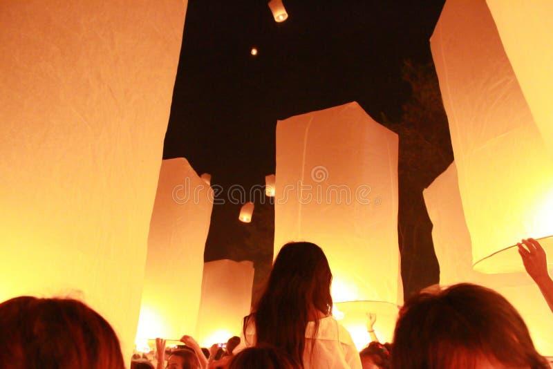 M?nga sl?pptes himmellyktaballongen i Loy Krathong Festival folk som ska bes f?r lycka I tro av buddism arkivbild
