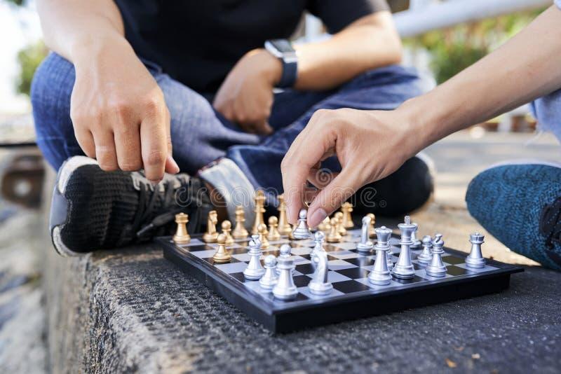 M?nner, die Schach spielen stockfoto