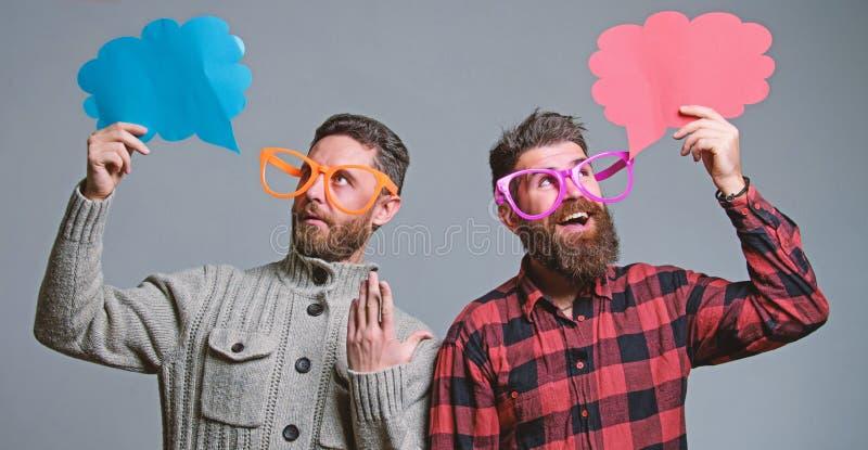 M?nner mit reifem Hippie des Bartes und des Schnurrbartes tragen lustige Brillen Erkl?ren Sie Stimmungskonzept Lustige Geschichte lizenzfreie stockfotografie