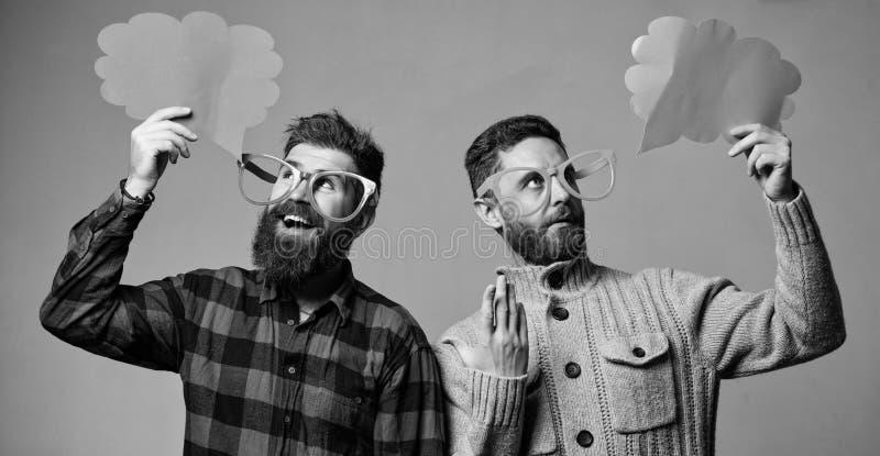 M?nner mit reifem Hippie des Bartes und des Schnurrbartes tragen lustige Brillen Erkl?ren Sie Stimmungskonzept Lustige Geschichte lizenzfreie stockfotos