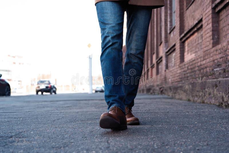 M?nnliche Beine in den Jeans und in Lederstiefeln im Freien Mode-Straßen-Foto, Farbton stockbilder