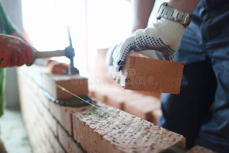 M?nnliche Erbauerhand beim Handschuhhalten lizenzfreies stockbild