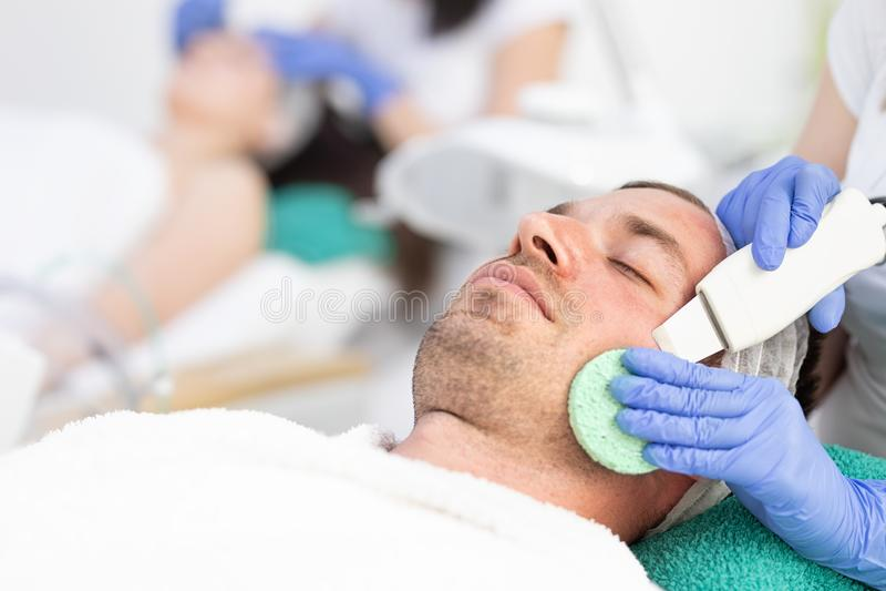 M?nnliche Kosmetik - Reinigungsgesichtsbehandlung lizenzfreie stockfotos