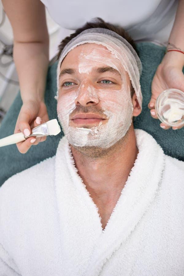 M?nnliche Kosmetik - Reinigungsgesichtsbehandlung stockfoto