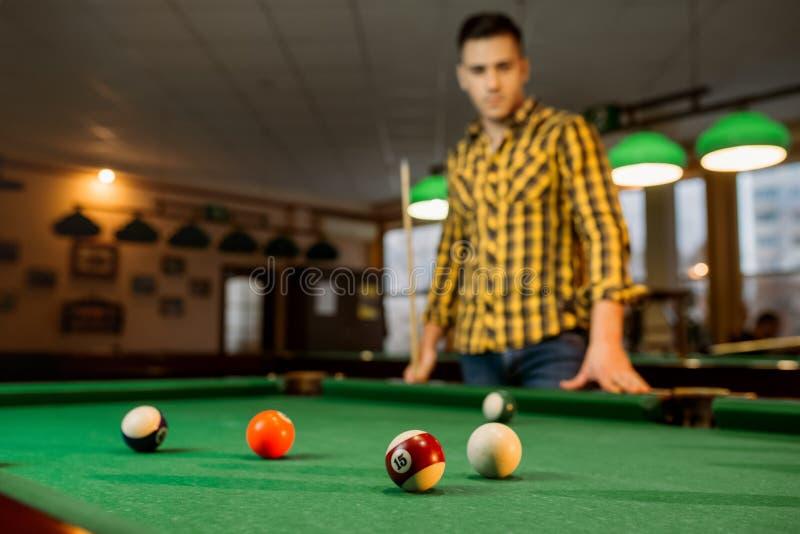 M?nnlicher Billiardspieler mit Stichwort, Ansicht von der Tabelle lizenzfreies stockfoto