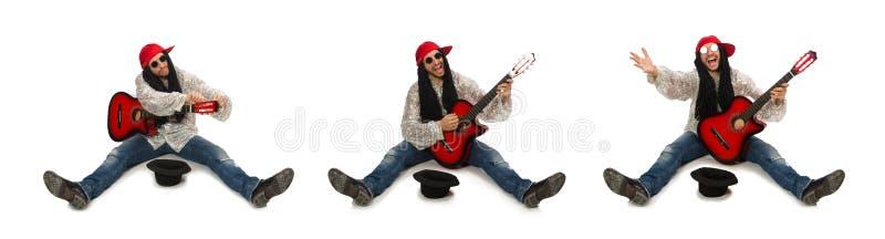 M?nnlicher Musiker mit der Gitarre lokalisiert auf Wei? stockfotos