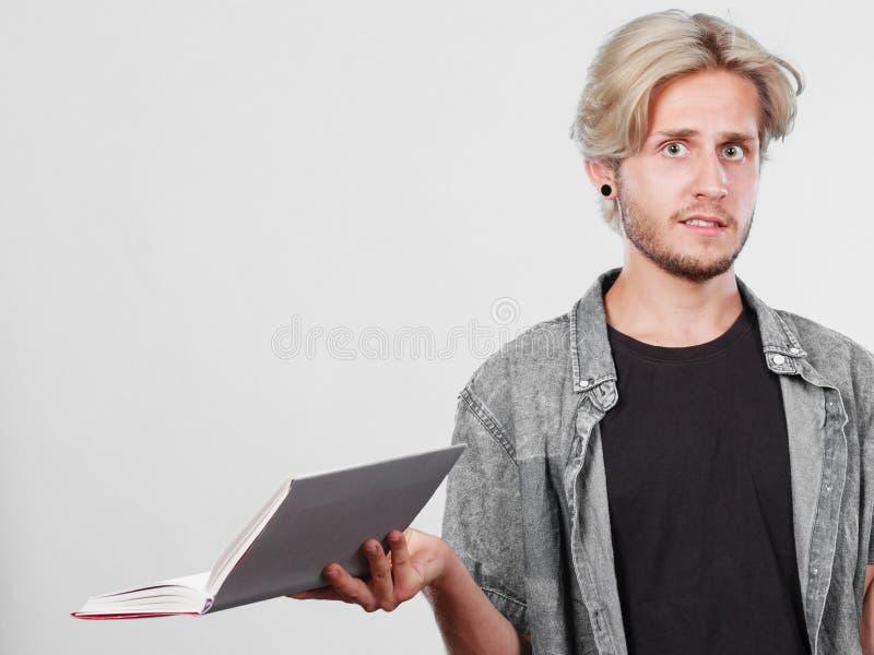 M?nnlicher Student, der Lehrb?cher h?lt lizenzfreie stockfotos