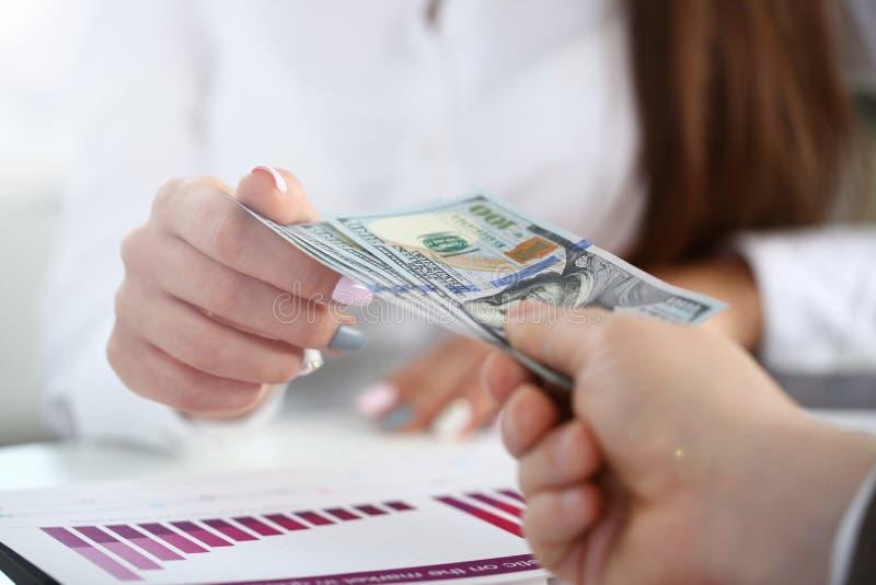 M?nnliches Armlohnb?ndel von hundert Dollarscheinen lizenzfreie stockfotografie
