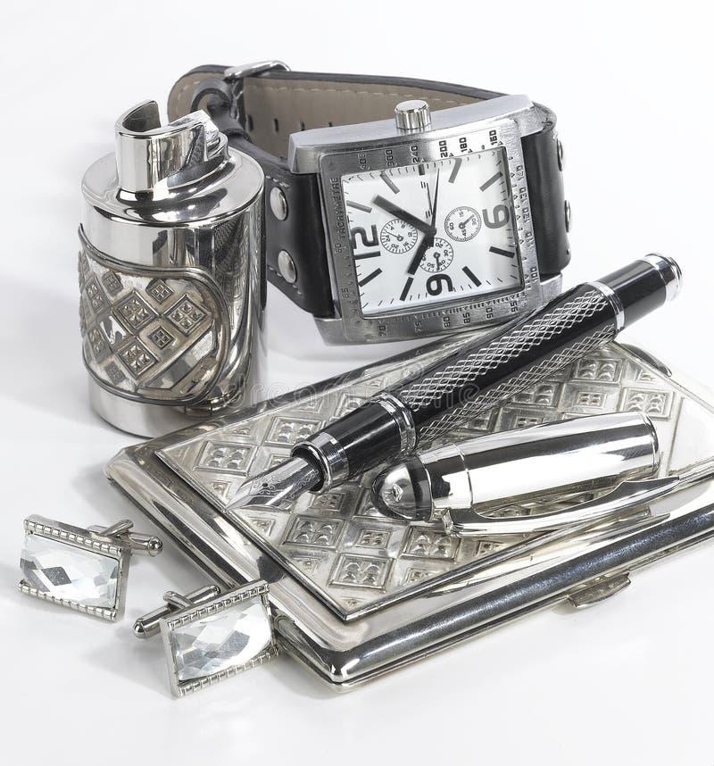 M?nnliches Bild Schwarzweiss-Gegenstände - Uhr, Visitenkartehalter, Stift, Feuerzeug - auf weißem Hintergrund mit Gegenständen stockfotografie